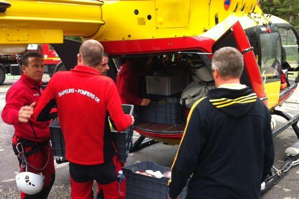 Un hélicoptère de la sécurité civile a transporté des habitants, des médicaments et des vivres, le 30 avril 2013