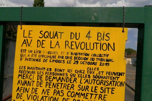 A l'entrée du squat, cet écriteau demande aux visiteurs de s'annoncer pour la tranquillité de l'endroit.