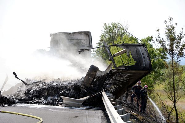 Aude - Un camion contenant des billes de plastique en feu sur l'A9, près de Narbonne - 27 août 2021.