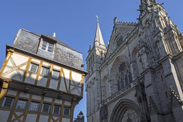 Le centre historique de Vannes et ses maisons à colombages resserrées autour de la cathédrale Saint-Pierre