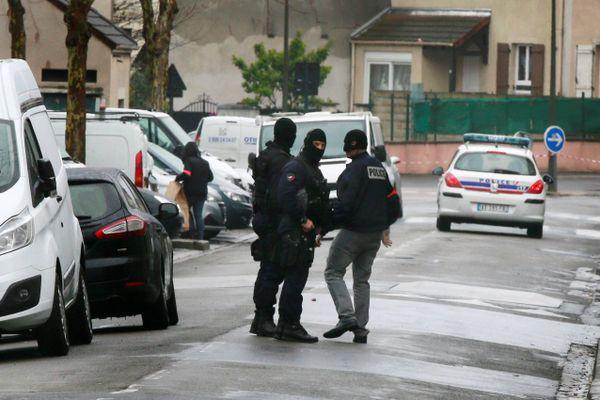 Des policiers à Argenteuil, le 25 mars 2016, après la découverte de l'arsenal.