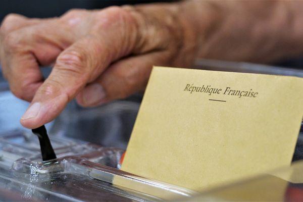 Bulletin de vote dans l'urne - Illustration