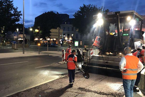Le coulage des enrobés a duré une partie de la nuit boulevard des Belges à Rouen