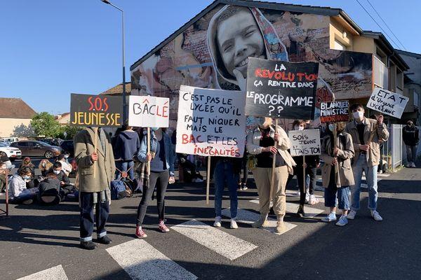 Les élèves de terminale du lycée Jean Lurçat de Saint-Céré devant leur établissement pour réclamer que le bac soit validé uniquement par contrôle continu.