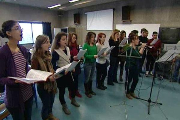 Les étudiants sont sélectionnés sur dossier, puis concours, afin de participer à cette première promotion de licence en chanson française. Le chant n'est que l'élément audible, tout l'amont doit être maîtriser par les étudiants.