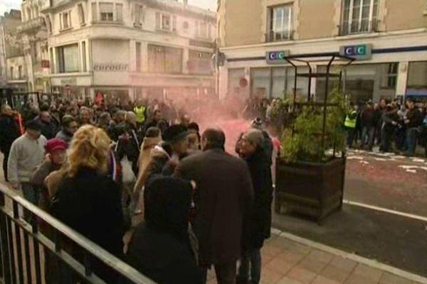 Les salariés de Focast accompagnés d'élus et d'employés d'autres entreprises du secteur devant le tribunal de commerce de Soissons