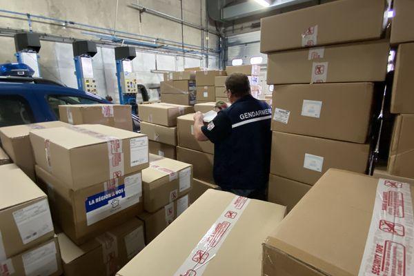 Ces cartons remplis de masques en tissu ou chirurgicaux ont été répartis à travers le département par les gendarmes.