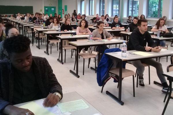 Une classe de terminale du lycée Gay-Lussac, à Limoges, se prépare à plancher sur l'épreuve de philosophie du baccalauréat.