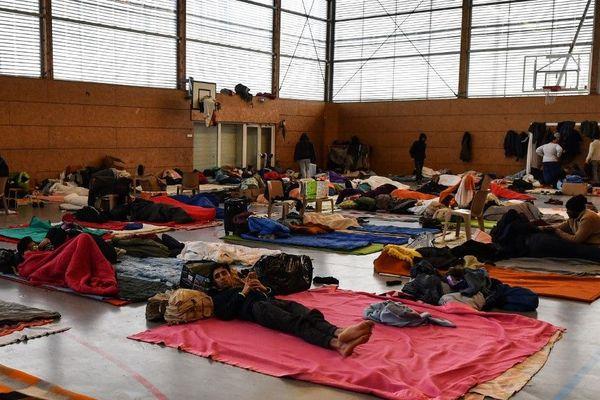 Les migrants hébergés dans le gymnase de Grande-Synthe, trop petit pour tous les accueillir. Photo de février 2018.