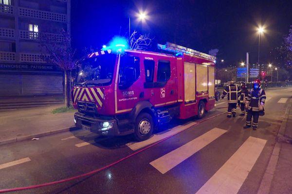 Les pompiers ont été appelés pour un feu de voiture et interpellés par un groupe d'adolescents pour porter secours à l'un de leurs amis inconscient dans un hall d'immeuble.