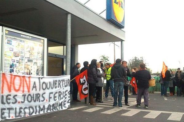 Le 1er novembre 2013, des salariés de l'enseigne LIDL venus du Puy-de-Dôme, de l'Allier et de la Nièvre ont manifesté devant le magasin d'Aubière leur opposition à l'ouverture le dimanche et les jours fériés.