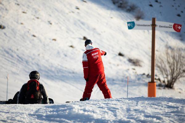 Un moniteur de l'Ecole du ski français (ESF) donne une indication a son élève au Grand Bornand le 26 décembre 2018.