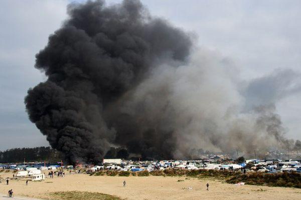 Un important panache de fumée visible ce mercredi au-dessus de la Jungle de Calais.
