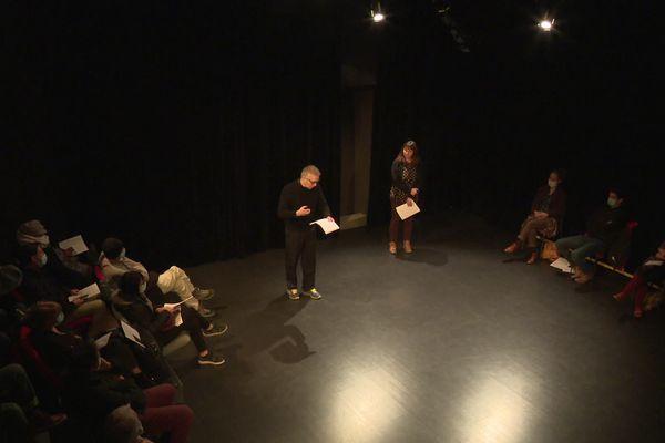 Des poèmes lus devant un public en forme d'acte de rébellion à la Station Théâtre de la Mézière