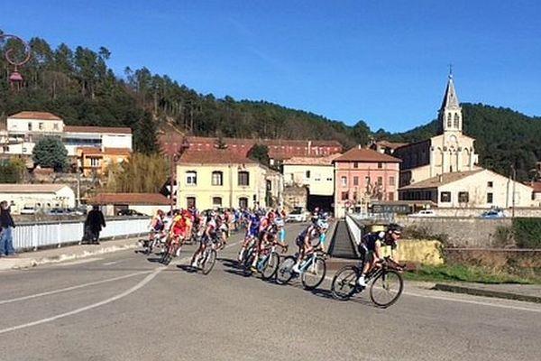 Bessèges (Gard) - les coureurs passent le pont lors de la 3e étape - 5 février 2016.