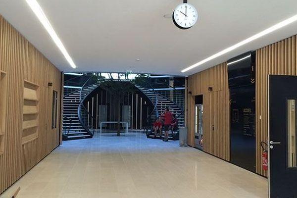 L'entrée du bâtiment conduit vers l'atrium