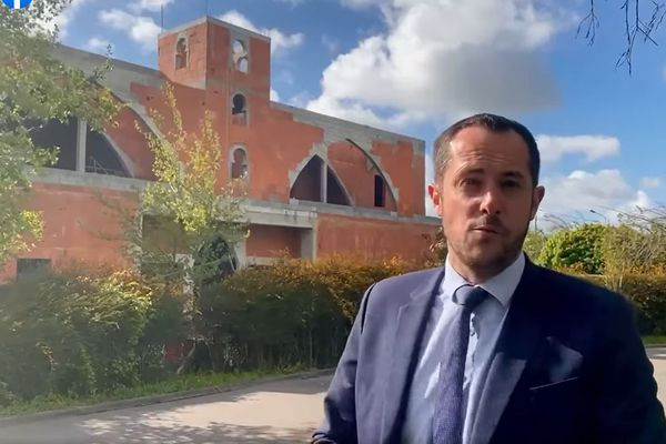 Capture d'écran :Vidéo de Nicolas Bay, tête de liste RN en Normandie, devant le chantier de la mosquée de Guichainville dans l'Eure. Une vidéo qui lui doit aujourd'hui d'être visé par une enquête pour provocation à la haine raciale.