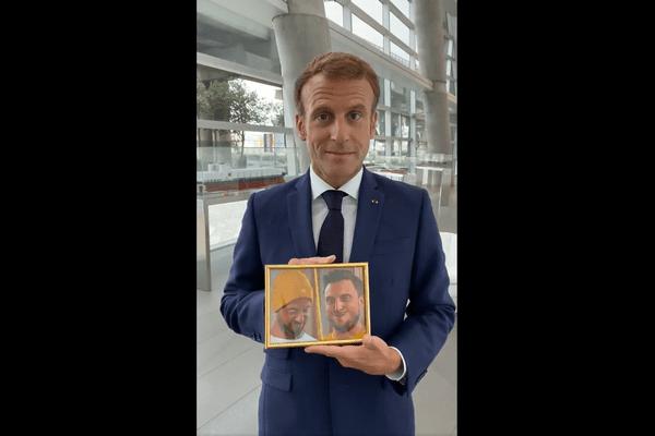 Capture d'écran d'une vidéo d'Emmanuel Macron tenant une photo des youtubeurs McFly et Carlito, le 2 septembre 2021.