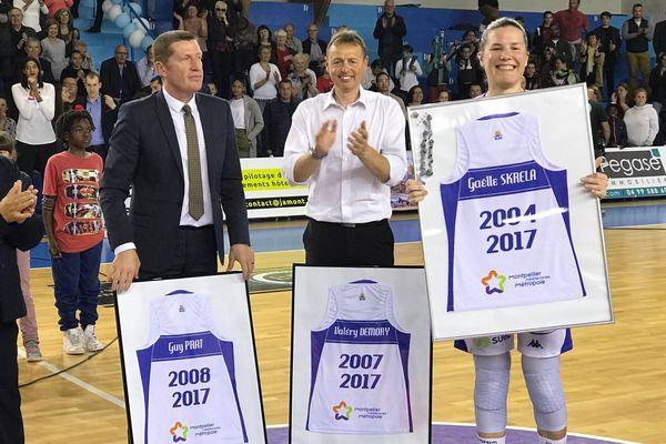 A l'issue du match, le club a rendu hommage à deux des siens, l'entraineur Valery Demory qui part à Lyon et Gaelle Skrela, la capitaine qui arrête sa carrière - 25 avril 2017
