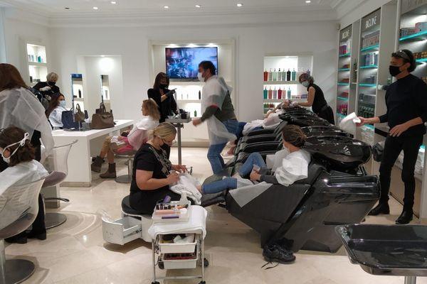 Les coiffeurs ont repris du service dès cette nuit dans Paris. Un retour au travail après deux mois d'arrêt d'activité.