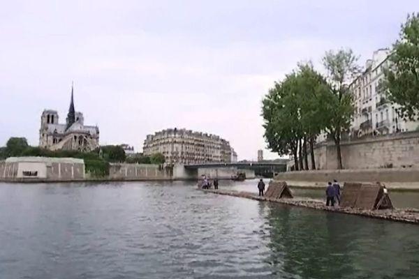 Le train de bois arrivant à hauteur de l'Ile de la Cité à Paris