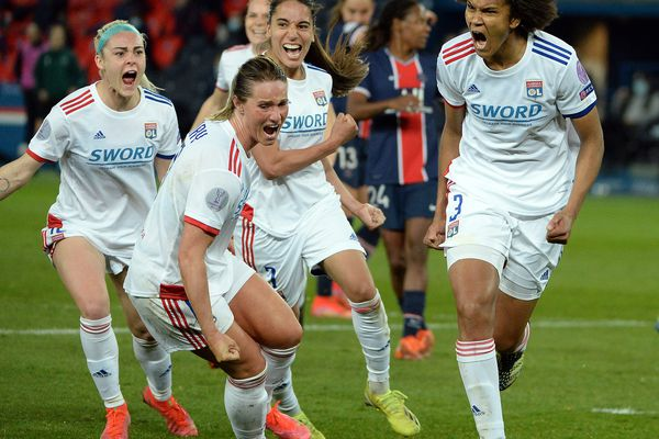24/03/2021 Quart finale aller UEFA féminine PSG OL.  Lyon l' emporte 1 but à 0 marqué sur pénalty par la capitaine lyonnaise Wendie Renard en toute fin de partie.