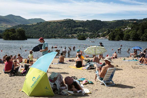 Les baigneurs se prélassent au lac de Chambon, dans le Puy-de-Dôme, en juin 2016.