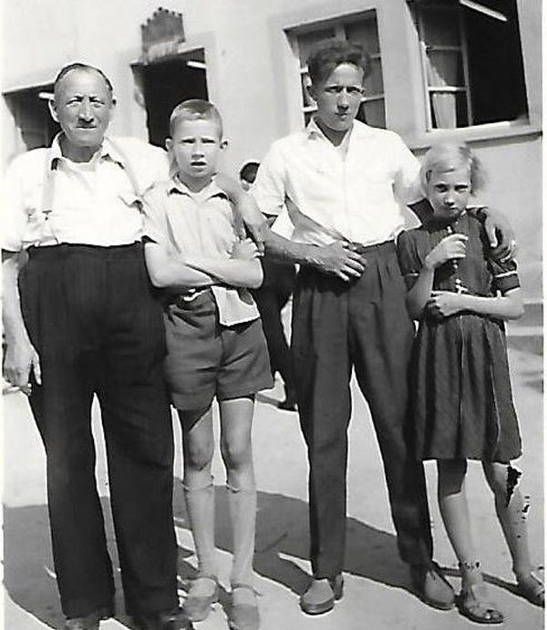 Georges Borkowski petit garçon entouré de son grand-père (à droite) de son père et de sa soeur. Photo prise au Neuhof.