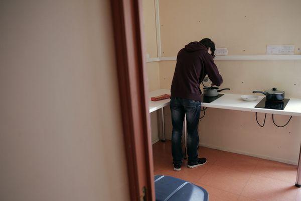 La métropole de Lyon accueille 1 500 jeunes étrangers isolés. Par manque de places disponibles, 500 sont hébergés temporairement dans des hôtels.