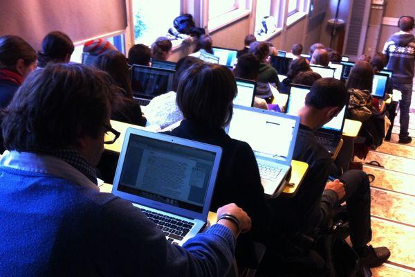 Ordinateurs et tablettes chauffent aux Assises du webjournalisme