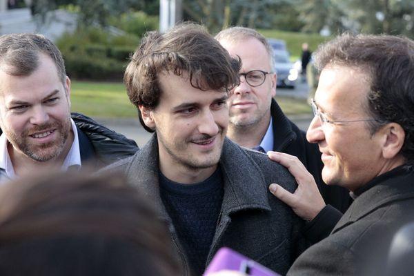 Loup Bureau avec son père Loïc Bureau. Deux hommes soulagés