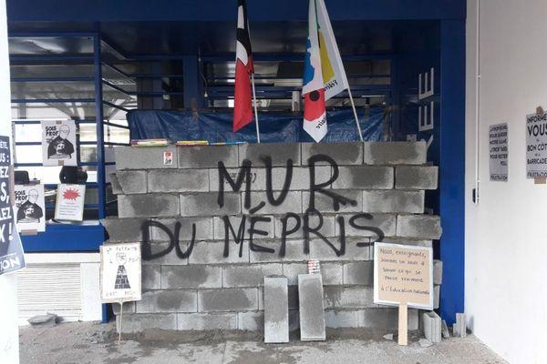 Les enseignants ont symboliquement muré le rectorat ce jeudi matin