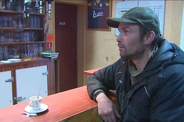 Christophe profite d'un moment de convivialité autour d'un café au bar
