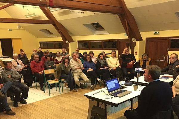 Une soixantaine de personnes venues s'informer auprès de l'association Stop Mines à Château-Chervix (87)