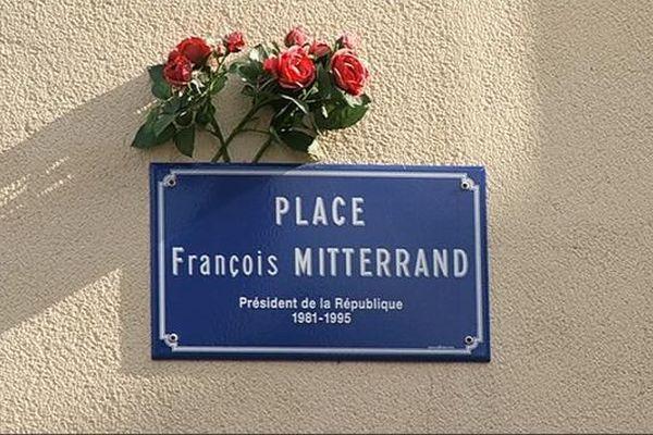 La plaque de la place François Mitterrand encore là pour quelques jours...
