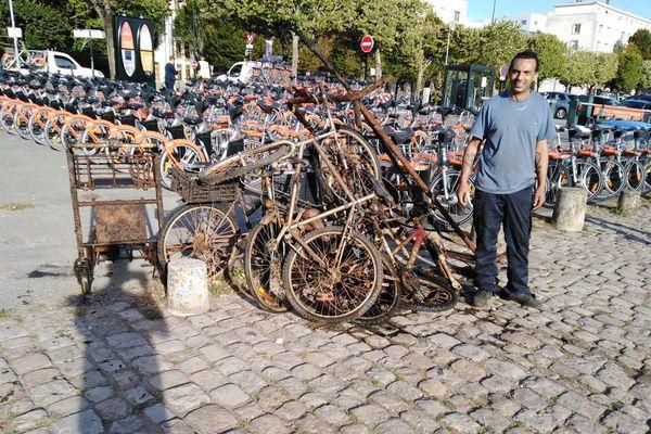 Faridali Khelifi pose devant une partie de sa pêche à l'aimant dans l'Erdre en plein centre-ville de Nantes