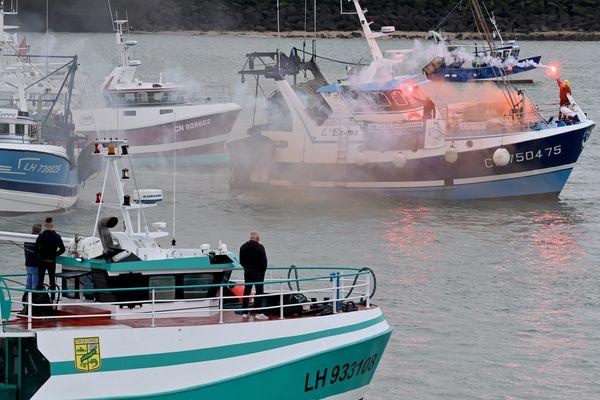 Les pêcheurs mobilisés contre l'éolien en mer arrivent dans le port du Havre le vendredi 24 septembre.