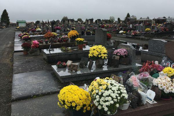 Au cimetière du Breuil à Cognac, des  tombes fleuries dans un contexte particulier, au lendemain de la dégradation d'une centaine de tombes.