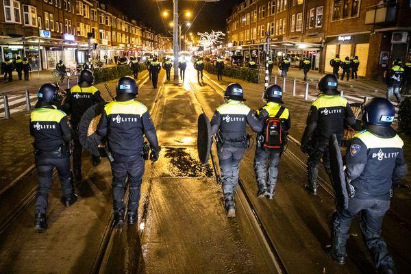 Des officiers de police néerlandais patrouillent les rues de Rotterdam (Pays-Bas), durant le couvre-feu, le 26 Janvier 2021. Un jour après les affrontements entre des groupes de manifestants contre les nouvelles mesures pour réduire la propagation du Covid-19.