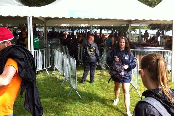 17h30 les portes ouvrent et les festivaliers arrivent dans une ambiance bien tranquille