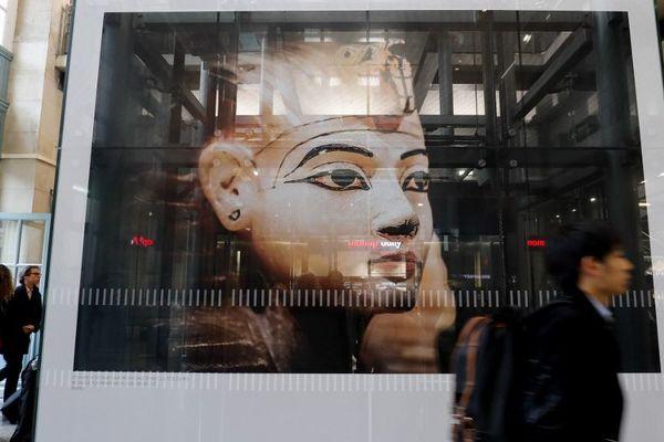 """Une affiche de l'exposition """"Toutânkhamon, le Trésor du Pharaon"""" à la Gare du Nord, à Paris."""