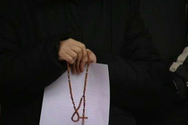 Quelques fidèles ont prié au pied de la grotte de Massabielle, en soutien aux manifestants parisiens.