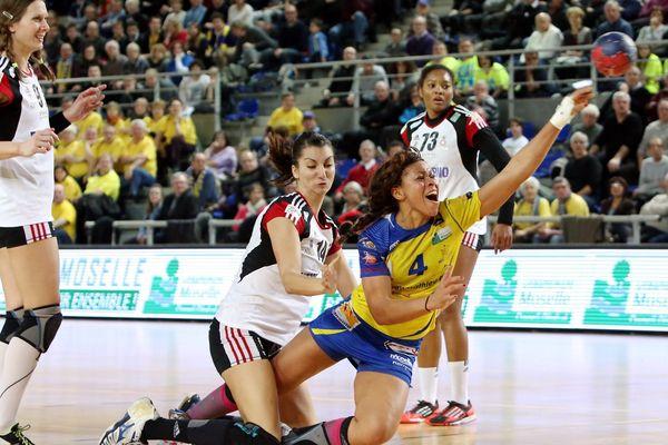 Metz, le 25/01/2014 : Handball féminin, 1/4 de finale de Coupe de France. Nina Kanto et le Metz Handball mis à terre par l'OGC Nice. Score final 27-34.