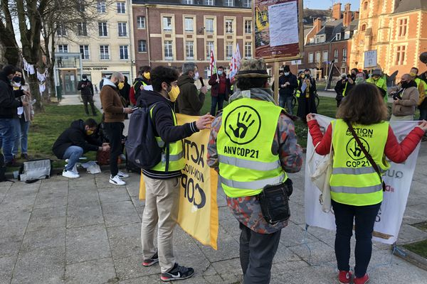 Une manifestation est organisée ce 23 mars devant le tribunal d'Amiens pour soutenir Gaspard Fontaine, jugé pour avoir décroché le portrait du Président affiché dans la mairie.