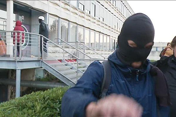 Cagoulés, souvent armés de bâtons ou de drapeaux rouges, une poignée d'individus a tenté en vain de bloquer Rennes 2 mardi matin.