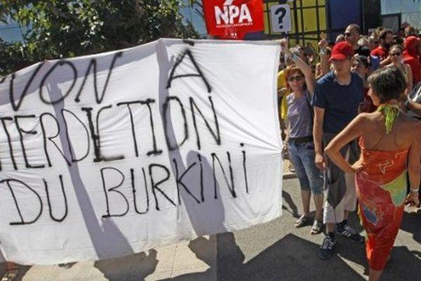 Des militants du NPA manifestent contre les arrêtés anti-burkini à Leucate, dans l'Aude - 25 août 2016