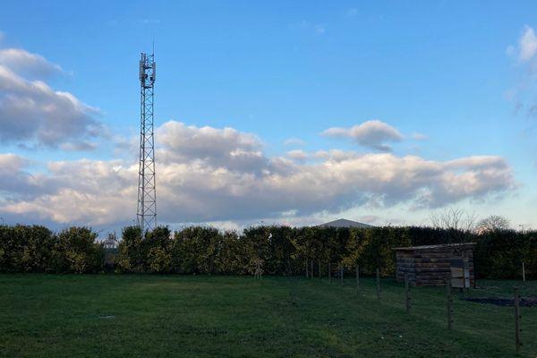 Vouillé : des riverains se mobilisent pour le retrait d'une antenne Free installée à moins de 150 mètres des habitations.
