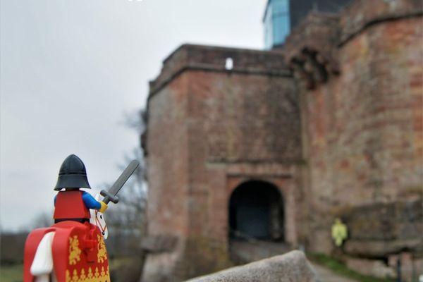 Un petit chevalier Lego à l'assaut de l'immense château de Lichtenberg, utilisé pour promouvoir l'ouverture de l'exposition Licht'en briques.