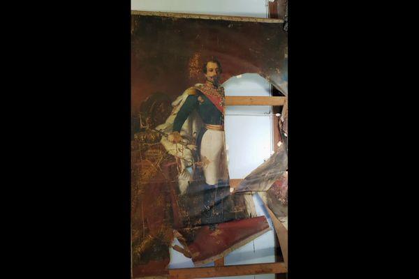 Le tableau de Napoléon III retrouvé dans un chalet de Luchon, était en très mauvais état avant les débuts de travaux de restauration.
