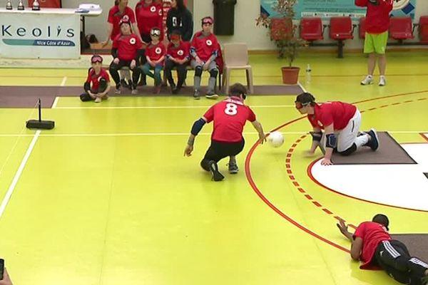 Les 3 joueurs s'organisent pour faire un rempart au ballon adverse